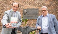 In Kevelaer hat Pfarrer Markus Trautmann (links) gemeinsam mit Dr. Gerhard Hartmann sein neues Buch vorgestellt.